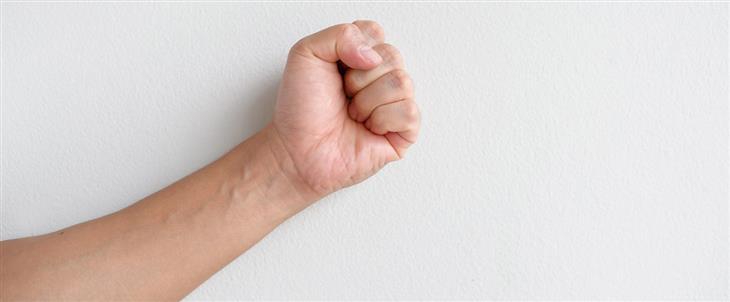 ריפוי בעיסוק לחיזוק ידיים חלשות: אגרוף קפוץ