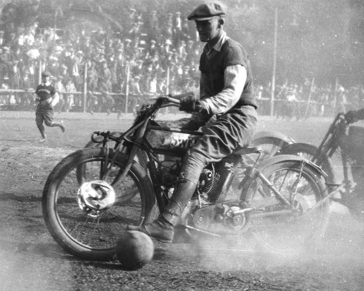 """תמונות היסטוריות: אחד משחקני מועדון האופנועים של אוקלנד במהלך משחק כדורגל אופנועים, אוקלנד קליפורניה, ארה""""ב בשנת 1924."""