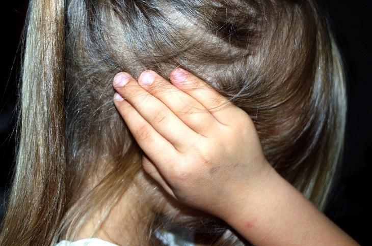 עצות להתמודדות עם ילד עקשן: ילדה ששמה את כפות ידיה על אוזניה
