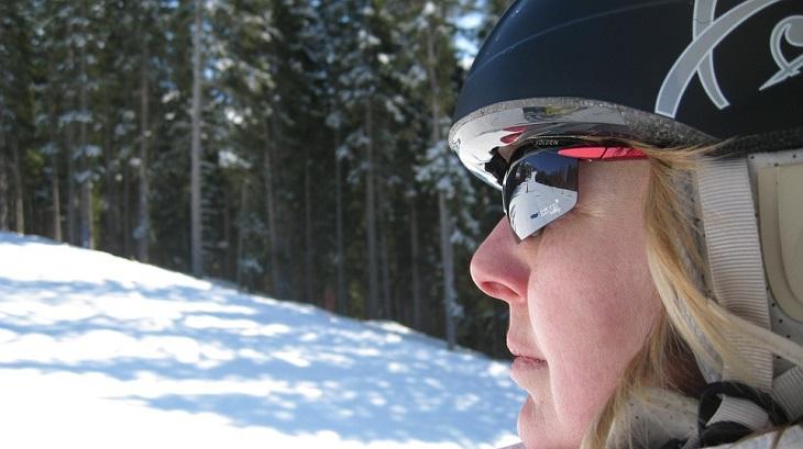 10 סיבות בגללן הראייה שלנו מתדרדרת: אישה עם משקפי שמש בשלג