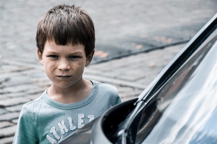 תרגילי הכנה להבאת ילדים לעולם: ילד עומד לצד מכונית עם פנים כועסות