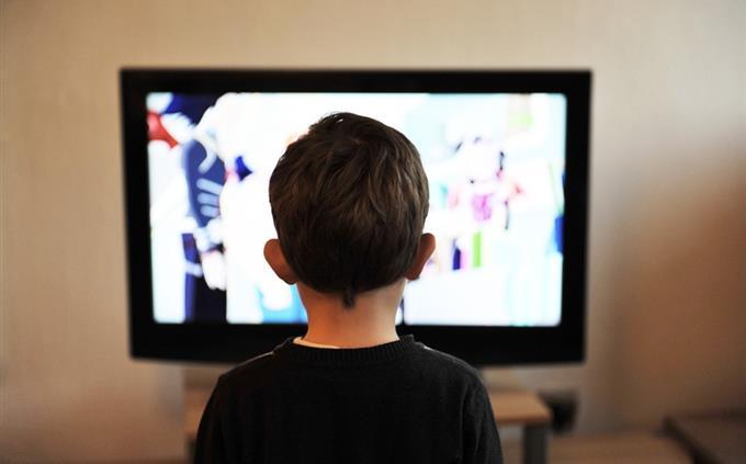 מבחן שפות זרות: ילד מול מסך טלוויזיה