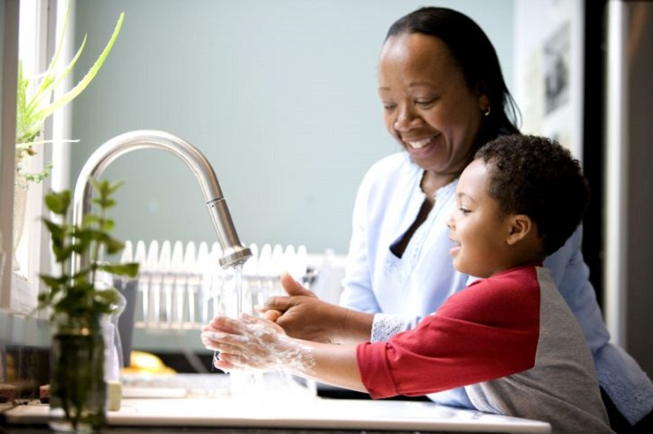 כיצד לגרום לילדים להיות מעורבים במטלות הבית: אם וילדה רוחצים יחד ידיים