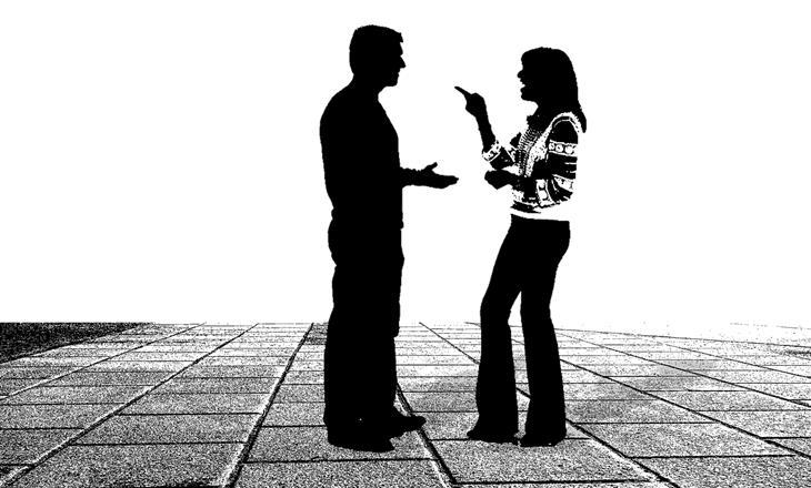 איך לזהות שקרן כפייתי: צלליות של גבר ואישה רבים
