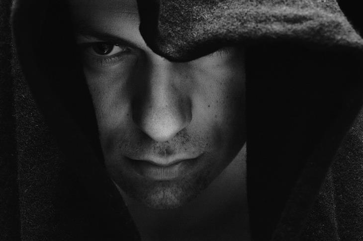 איך לזהות שקרן כפייתי: איש עם ברדס