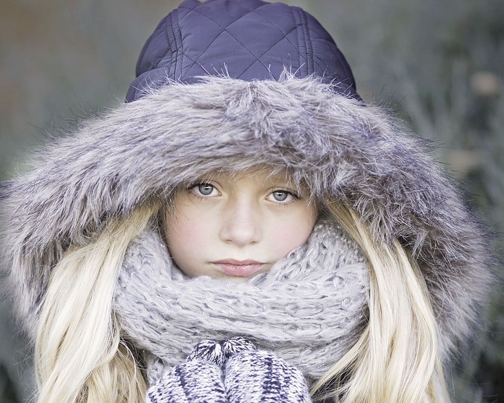 טיפים להורים למנוע הצטננות: ילדה בלבוש חורפי