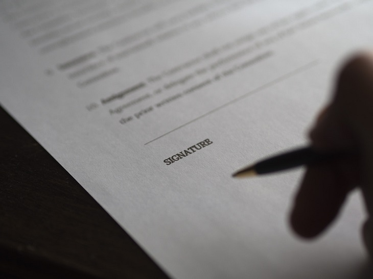 ביטוח משכנתא: עט מעל דף עם שורת חתימה