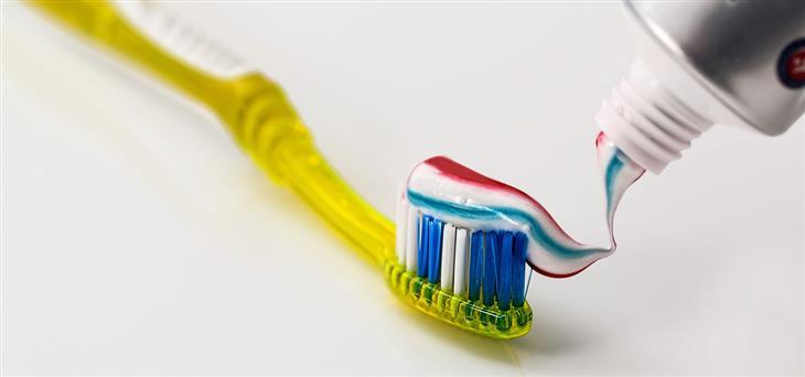 הסכנה בטריקלוזן: משחת שיניים על מברשת שיניים