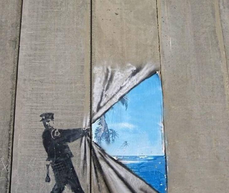 יצירות אמנות רחוב: ציור קיר של שוטר מזיז מסך וחושף נוף ים