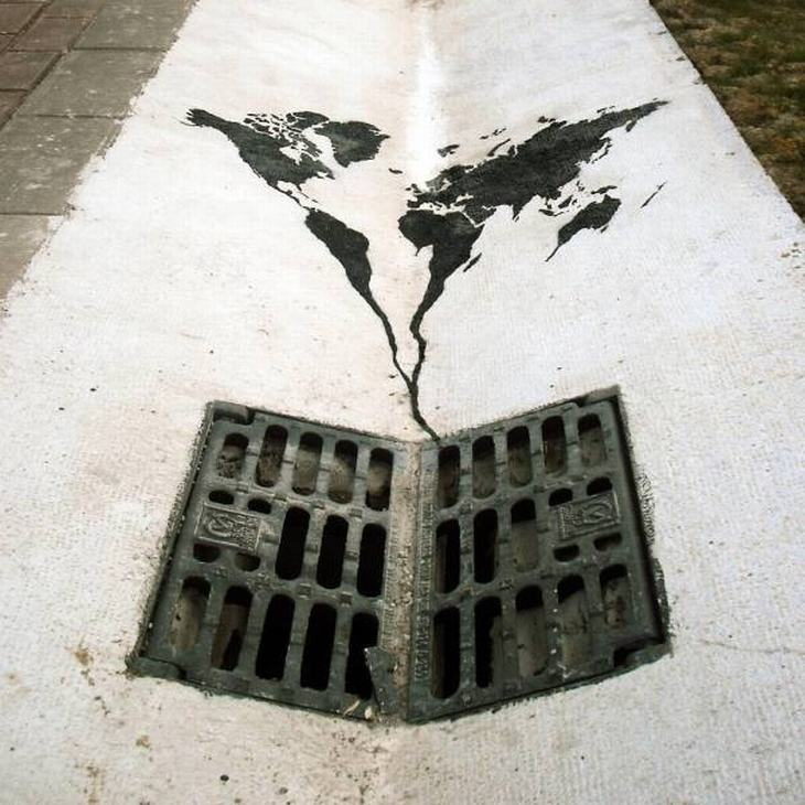 יצירות אמנות רחוב: ציור על רצפה של מפת העולם נוזלת ומתנקזת לתוך חור ניקוז