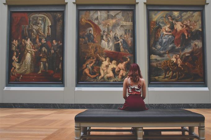 בחן את עצמך: אישה מסתכלת על תמונות במוזיאון