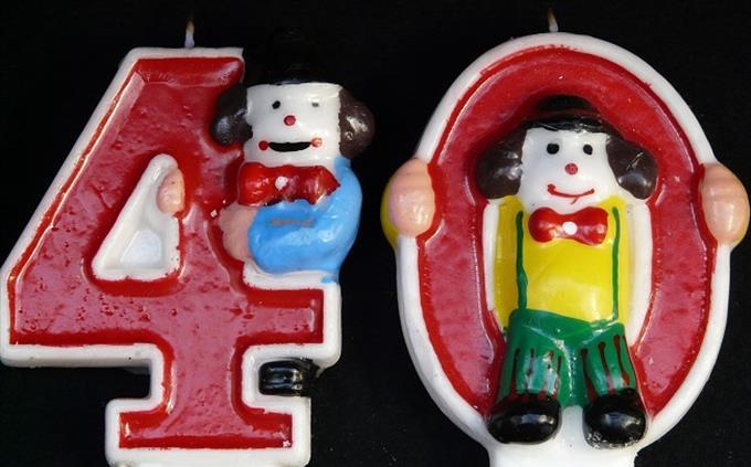 חידון סלנג: נרות בצורת המספר 40 עם שני אנשים עליו
