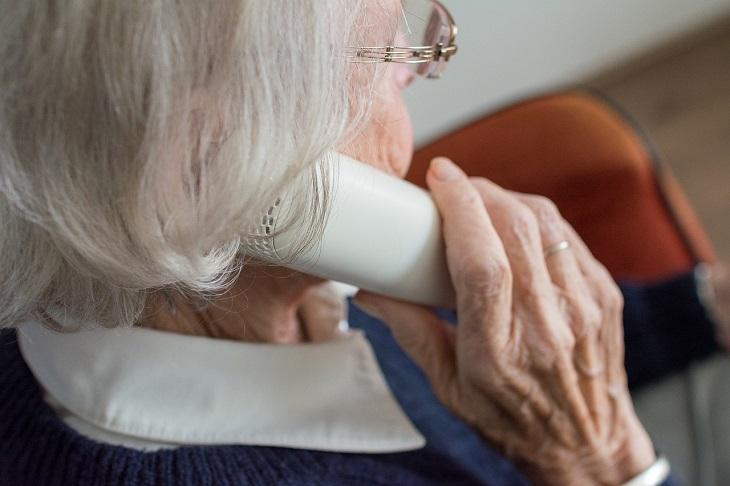 שירותי בזק לטלפון הנייח: אישה מבוגרת משוחחת בטלפון