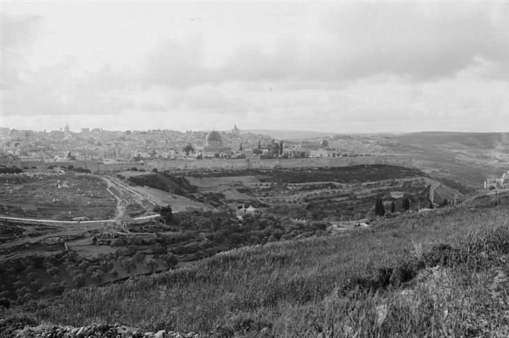 תמונות בארץ בתקופה העות'מאנית: העיר העתיקה ירושלים מצולמת מכיוון הר הצופים, 1890.