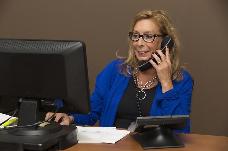 שירותי בזק לטלפון הנייח: אישה משוחחת בטלפון הנייח