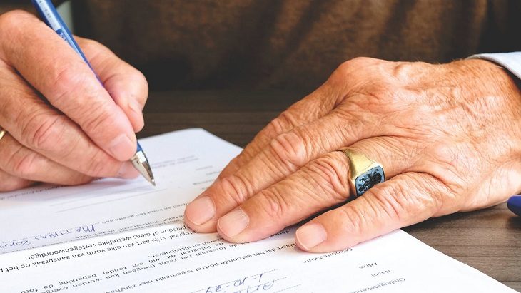 ייפוי כוח מתמשך: ידיים מבוגרות חותמות על חוזה