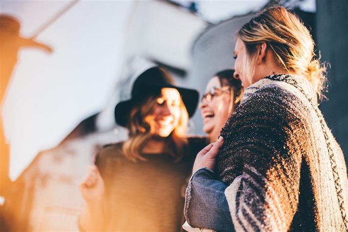 בחן את עצמך: נשים מדברות וצוחקות