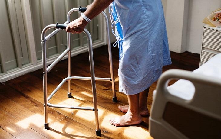 ייפוי כוח מתמשך: אישה מבוגרת עם הליכון בבית אבות