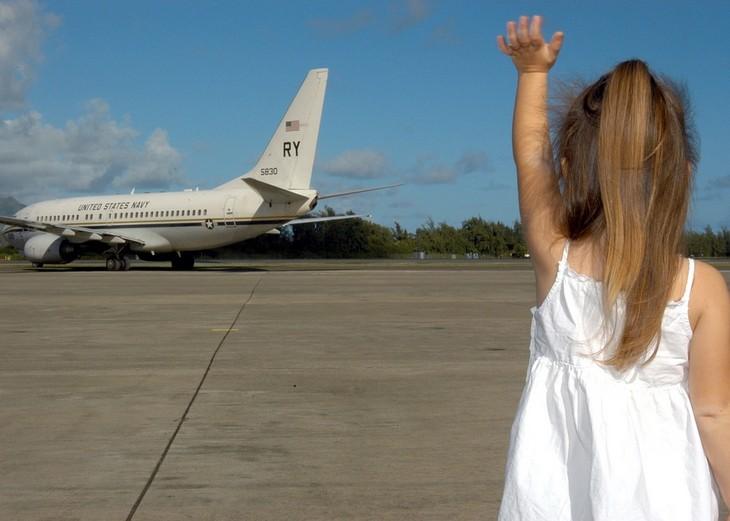 סיבות, סימנים ודרכי פעולה להתמודדות עם חרדות אצל ילדים: ילדה קטנה מנופפת לשלום למטוס ממריא