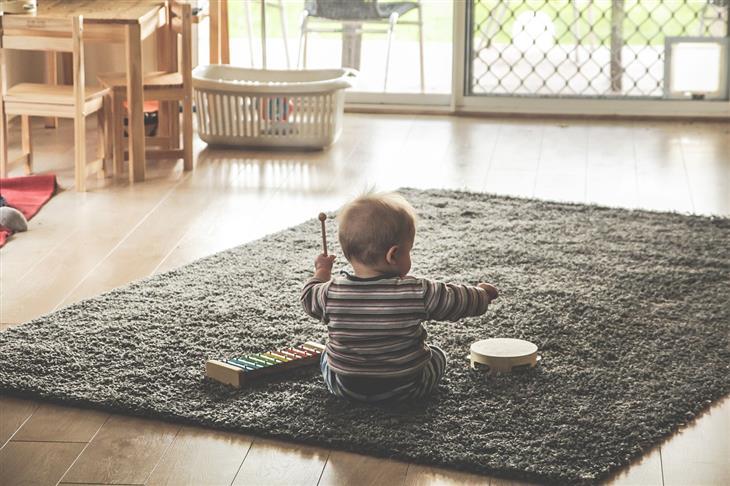 4 שלבי התפתחות הילד לפי ז'אן פיאז'ה: ילד משחק עם כלי נגינה