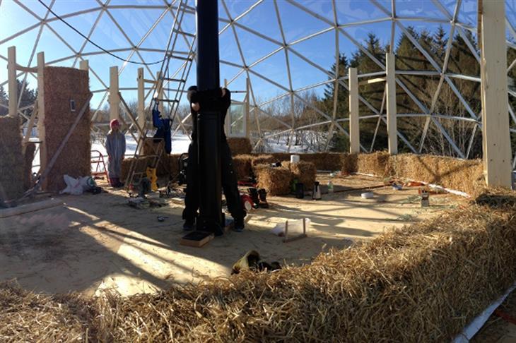 המשפחה שחיה בבית איגלו: במהלך בניית בית האיגלו