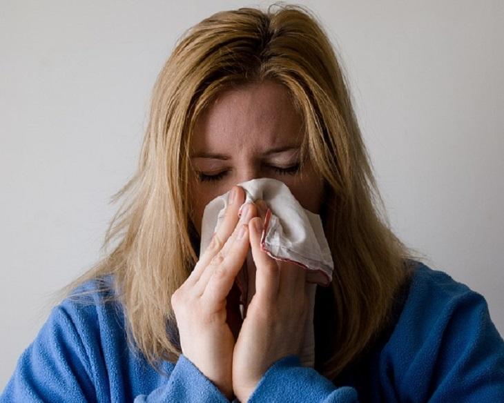מחלות מתחפשות: אישה מקנחת את האף