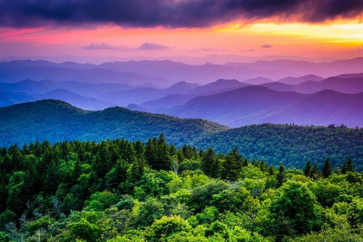 תמונות טבע מדהימות שנראות כמו ציור: שקיעה בשלל צבעים מעל להרי קווי
