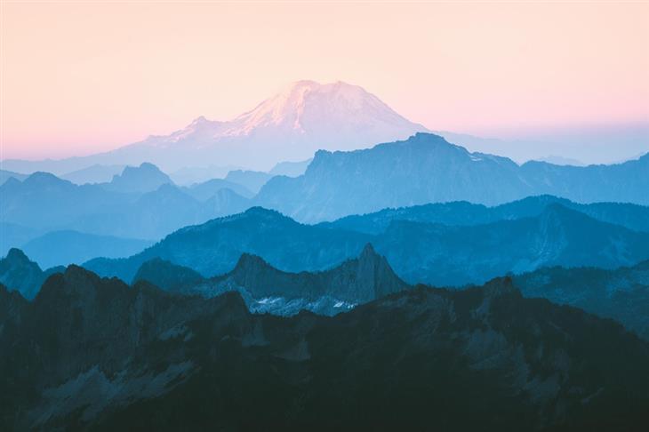 תמונות טבע מדהימות שנראות כמו ציור: גווני הרים משתנים בנוף של רכס קסקייד