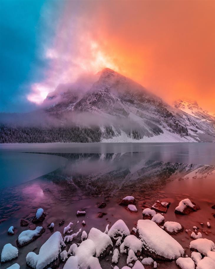 תמונות טבע מדהימות שנראות כמו ציור: צבעי כתום וכחול מעל אגם לואיז בקנדה