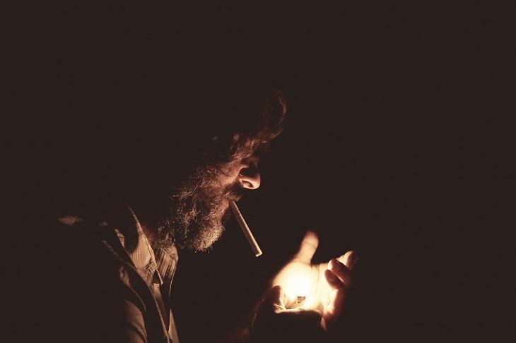 גורמים, תסמינים ודרכי טיפול טבעיות בפסוריאזיס: גבר מעשן