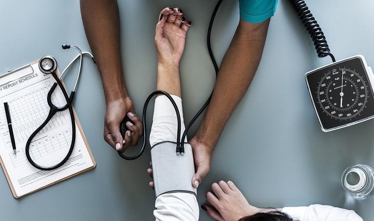יתרונות בריאותיים של חומץ בלסמי: רופא בודק לחץ דם לאישה