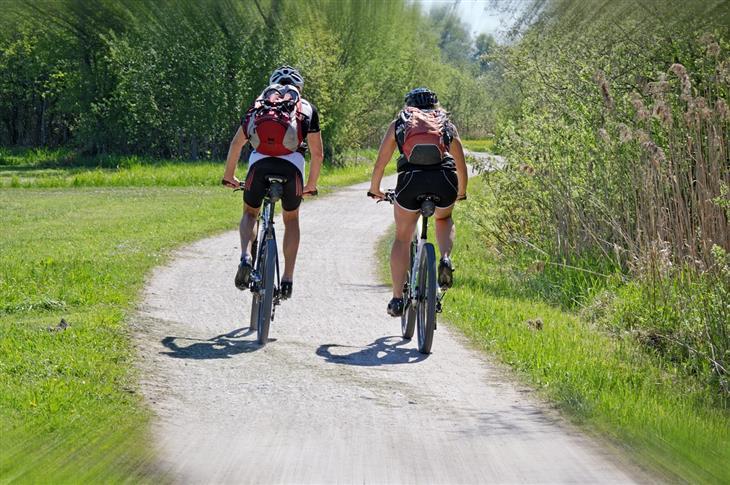 הנחיות למשטרי כושר: אנשים רוכבים על אופניים