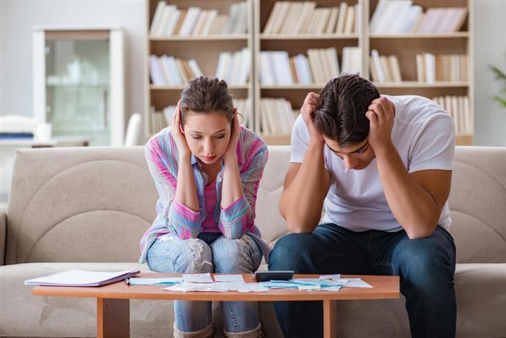 טיפים למתחתנים: זוג מתוסכל מתעסק בניירת