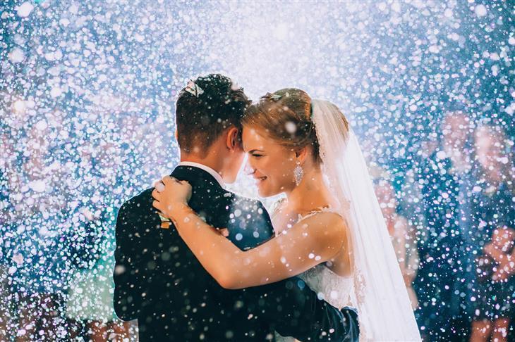 טיפים למתחתנים: זוג מאושר בלבוש חתונה רוקד באווירה קסומה