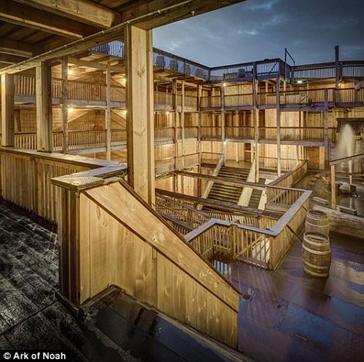הולנדי שבנה את תיבת נח: מדרגות רבים בתיבה