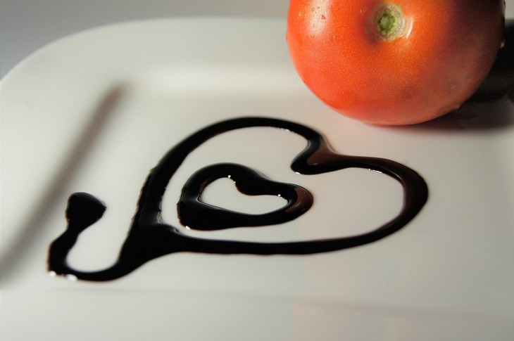 יתרונות בריאותיים של חומץ בלסמי: צלחת עם עגבנייה ולב מצוייר בחומץ בלסמי
