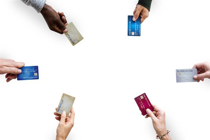 טיפים למתחתנים: ידיים מחזיקות בכרטיסי אשראי שונים