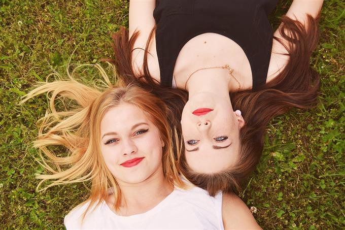 בחן את עצמך: שתי נשים שוכבות ראש לצד ראש