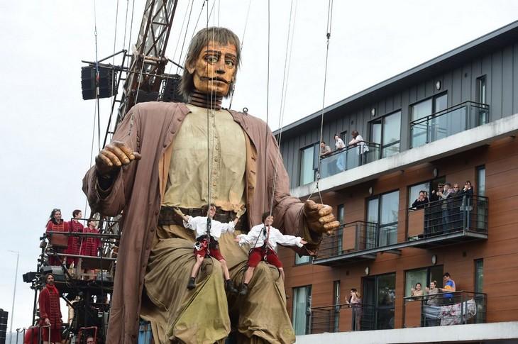 מריונטות ענקיות: בובות המריונטות הענקיות של רויאל דה לוקס בתהלוכה בליברפול אוקטובר 2018