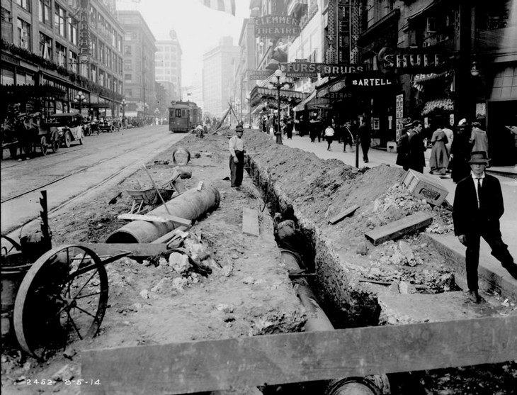 תמונות היסטוריות: עבודות תשתית ברחוב הראשי, סיאטל, 1900.