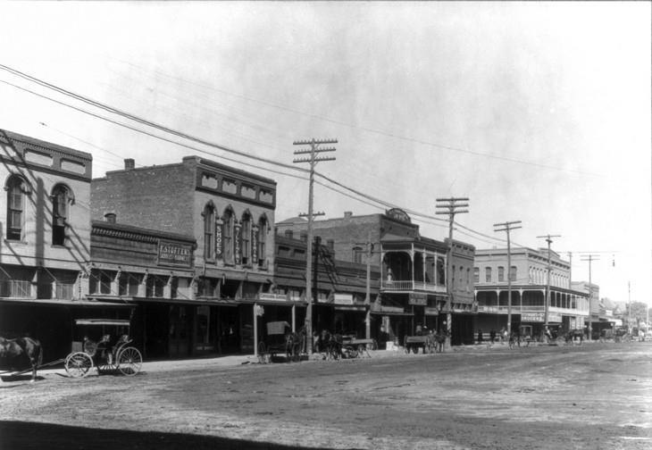 תמונות היסטוריות: הרחוב הראשי בקלבורן, טקסס, 1910.