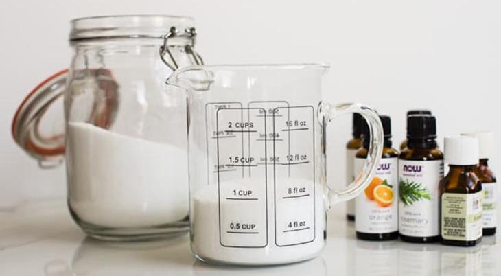 מדריכים להכנת מרככי כביסה ביתיים: מלח ושמנים אתריים