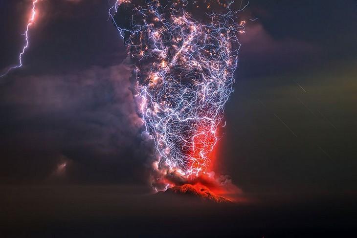 תמונות זוכות מתחרות הצילום של סיינה: הר הגעש קלבוקו שבצי'לה במהלך התפרצות געשית בזמן סופת חול וברקים.