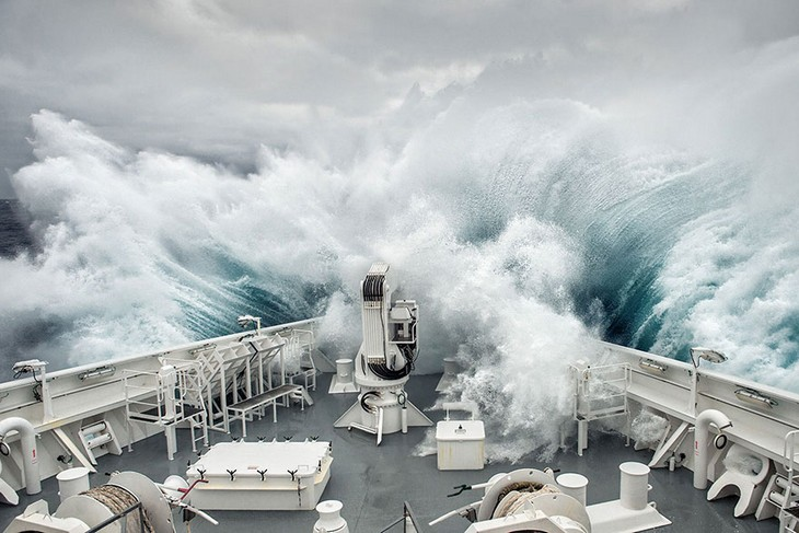 תמונות זוכות מתחרות הצילום של סיינה: גל בגובה 12 מטרים מתנפץ על סירה במעבר דרייק שבין כף הורן לאנטרקטיקה.