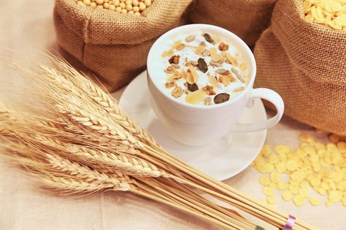 מבחן אישיות אסוציאציות ורמת נחמדות: כוס קפה מלאה בחלב ודגני בוקר ולידה שקי חיטה וצרור חיטה שלם