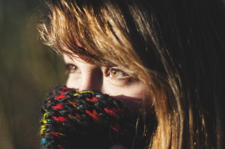 חומרים ששומרים על העיניים: פרצוף של אישה עטוף בצעיף כשרק עינייה בולטות