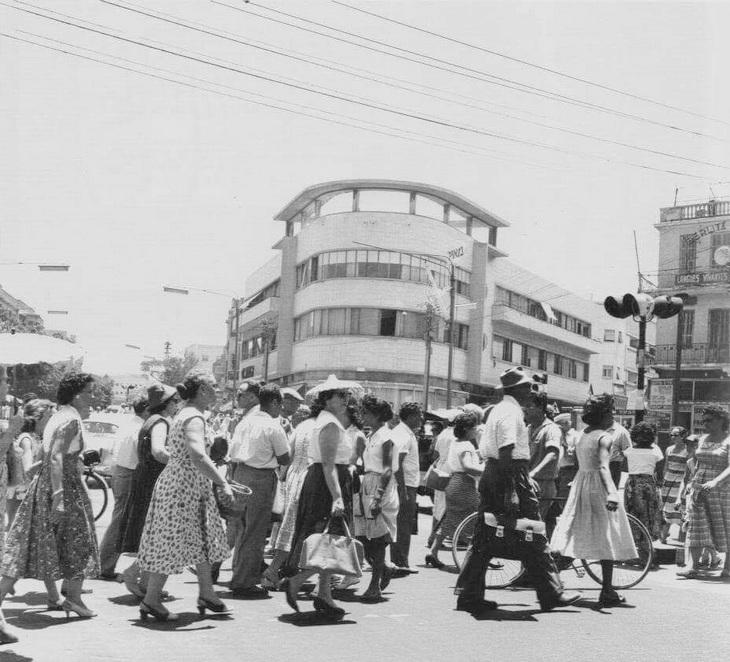 17 תמונות ישנות של תל אביב: רחוב אלנבי בצהריי היום, המונים חוצים את הכביש מרחוב המלך ג'ורג' לכיוון שוק הכרמל ורחוב נחלת בנימין. תל אביב 1959.