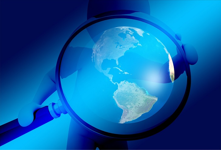 פריצות הדרך המדעיות של 2018: איור של אדם עם זכוכית מגדלת על העולם
