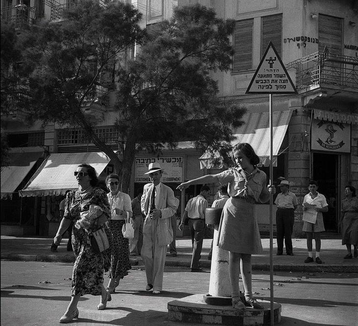 """17 תמונות ישנות של תל אביב:  משמרות זה""""ב, נערה מכוונת את התנועה בכיכר ב' בנובמבר"""
