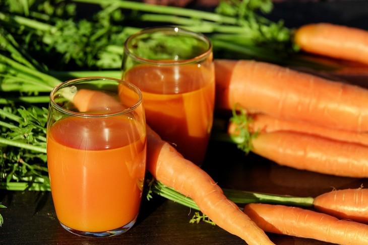 חומרים ששומרים על העיניים: 2 כוסות של מיץ גזר ולידן גזרים